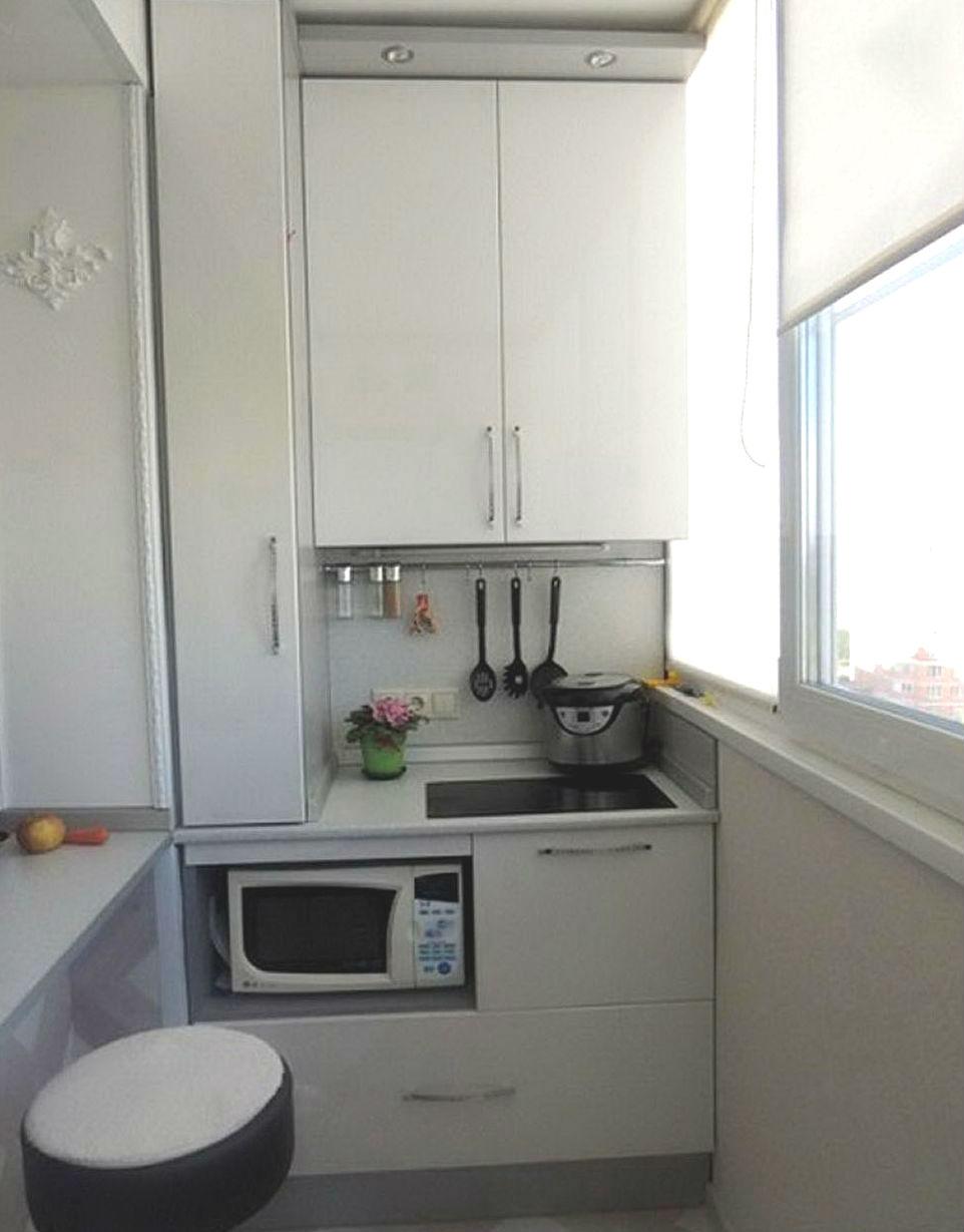 Кухня на балконе в квартире студии.